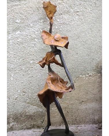 femme en robe marron statut en bronze Afrique